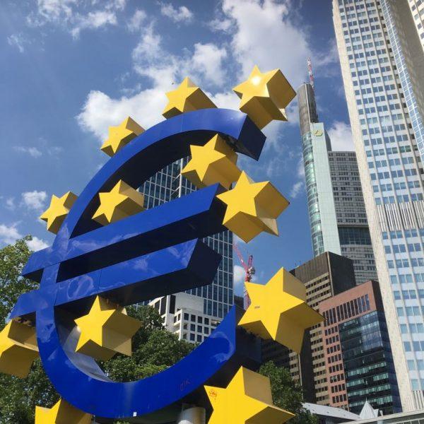 Foto Eurozeichen in Frankfurt